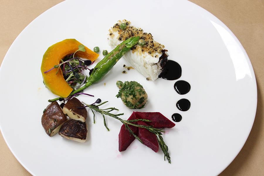 블랙 올리브 크러스트를 올린 광어 요리